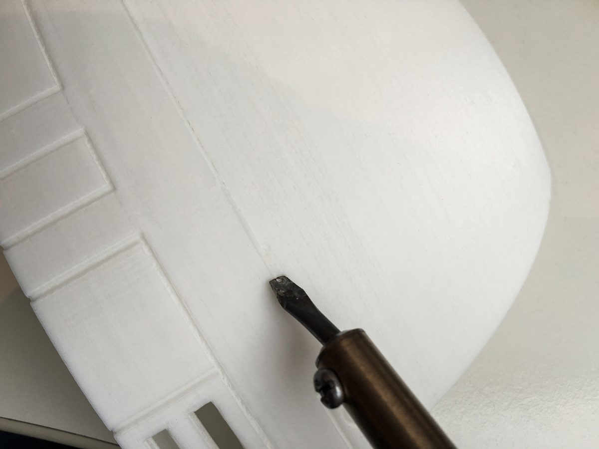 Met een oude soldeerbout word het PLA gemakkelijk weer aan elkaar gesmolten.