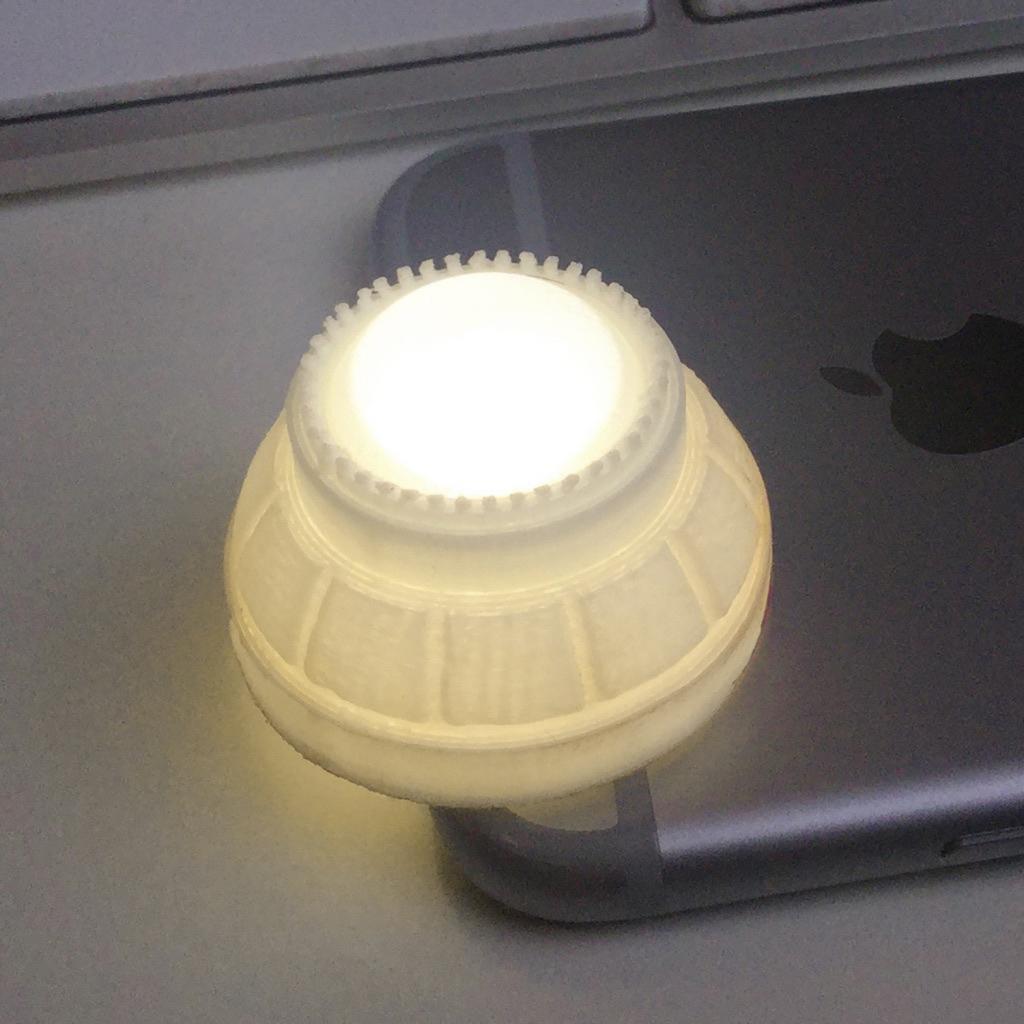 Wanneer er een lichtje doorheen schijnt komt de lens goed tot zijn recht. Later heb ik de binnenkant van de holoprojector bedekt met aluminium folie om ervoor te zorgen dat er geen licht door de projector heen lekt.